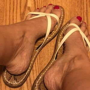 Sam & Libby patent leather upper thong sandals 10